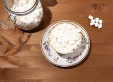 Läckert kaffe med mjölkar och marshmallower royaltyfri foto