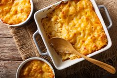 Läckert och hurtigt mål: eldfast formmac och ost i en bakning fotografering för bildbyråer
