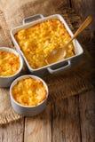 Läckert och hurtigt mål: eldfast formmac och ost i en bakning arkivbilder