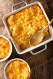 Läckert och hurtigt mål: eldfast formmac och ost i en bakning royaltyfria foton