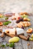 Läckert och vin för mattabell sunt Målbegrepp Royaltyfria Bilder