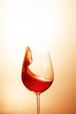 Läckert rött vin i ett exponeringsglas Begreppet av drycker och alcoen Fotografering för Bildbyråer