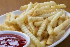 Läckert rynka franska småfiskar för snittstil med ketchup arkivfoto