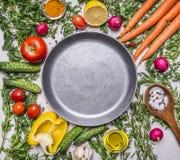 Läckert sortiment av nya grönsaker för lantgård, gurkor, peppar, citron, körsbärsröda tomater, olja, salt sked som läggas runt om Arkivbild