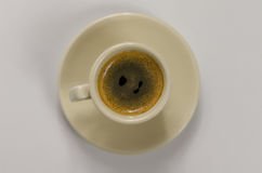Läckert svart kaffe i en härlig keramisk kopp Royaltyfri Bild