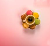 Läckert svart kaffe i en härlig keramisk kopp med deliciou Arkivfoto