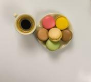 Läckert svart kaffe i en härlig keramisk kopp- och tefatintelligens Arkivfoto