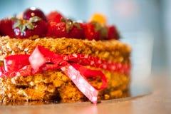 Läckert syrligt med nya jordgubbar, hallon och vinbär på tabellen Fotografering för Bildbyråer