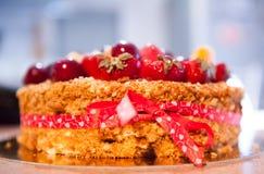 Läckert syrligt med nya jordgubbar, hallon och vinbär på tabellen Royaltyfri Bild