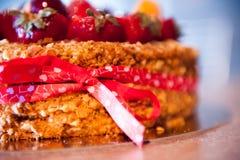 Läckert syrligt med nya jordgubbar, hallon och vinbär på tabellen Arkivfoton