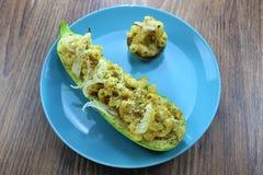 Läckert vegetariskt mål, välfylld mac och ostzucchini och champinjoner, på den runda plattan royaltyfri fotografi