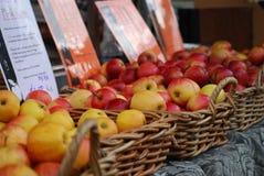Läckra äpplen som är till salu på en marknad i Australien arkivfoto
