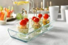 Läckra aptitretare för baby shower i den glass maträtten Arkivbild