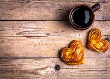 Läckra bakelser för frukost med kaffe Morgon drinkar, mat Arkivfoto