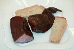 Läckra BBQ-stöd med rostat bröd, colevitkålssallad och en väldoftande BBQ-sås Arkivfoton