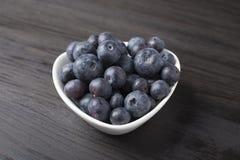 Läckra blåbär i den vita bunken Royaltyfria Bilder