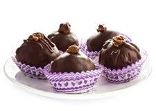 Läckra blandade mörka godisar för chokladtryffel på vita plommoner Royaltyfri Fotografi
