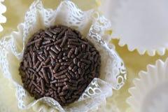 Läckra chokladgodisar som kallas Negrinho eller Brigadeiro i Brasilien Favorit- mellanmål på partiet för födelsedag för barn` s arkivfoton