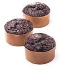 Läckra chokladmuffin som isoleras på vit bakgrund Arkivfoton
