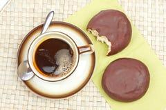 läckra donuts för chokladkaffe Arkivbilder