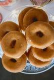 Läckra donuts på en platta arkivfoton