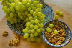 Läckra druvor och valnötter Arkivfoton