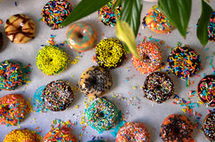 Läckra färgrika donuts på köksbordet Royaltyfri Foto