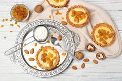 Läckra frasiga tarts med mandeln och russin Fotografering för Bildbyråer