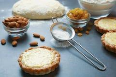 Läckra frasiga tarts med mandeln och russin Royaltyfria Bilder