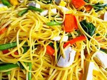 Läckra Fried Egg Noodles med grönsaker och tofuen fotografering för bildbyråer