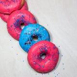 Läckra glasade donuts med stänk på ljus bakgrund royaltyfria foton