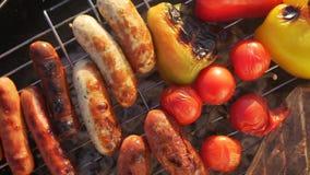 Läckra grillade korvar och grönsaker stock video