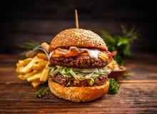 Läckra hamburgare med nötköttlilla pastejen Arkivfoto