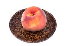 Läckra hela mogna persikor på träplattan Royaltyfri Fotografi
