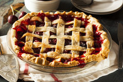Läckra hemlagade Cherry Pie fotografering för bildbyråer