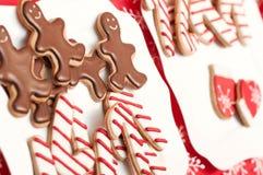 Läckra hemlagade julsötsaker på plattan Arkivfoton