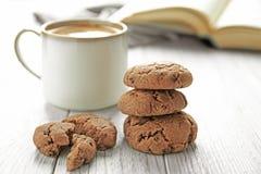 Läckra hemlagade kakor och kopp kaffe Royaltyfri Foto