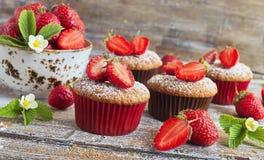 Läckra hemlagade muffin med nya jordgubbar Royaltyfri Bild
