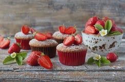 Läckra hemlagade muffin med nya jordgubbar Arkivfoton
