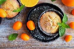 Läckra hemlagade orange muffin, muffin Fotografering för Bildbyråer