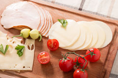 Läckra kött- och ostskivor med tomater Fotografering för Bildbyråer