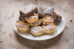 Läckra kakor i platta på träbakgrund Royaltyfria Bilder