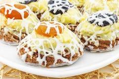 Läckra kakor med katrinplommoner och torkade aprikors arkivbilder