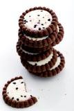 Läckra kakor på tabellen Arkivbild