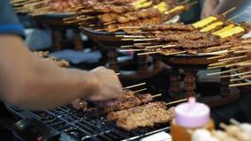 Läckra kebaber som stekas långsamt på ett varmt galler, ultrarapid Röken från smaskigt bbq-kött arkivfilmer