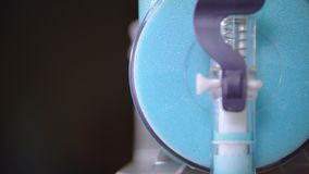 Läckra klara blått skummar att hälla från enhet in i exponeringsglas för coctailar Smakligt skum stock video