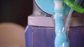 Läckra klara blått skummar att hälla från enhet in i exponeringsglas för coctailar Smakligt skum lager videofilmer