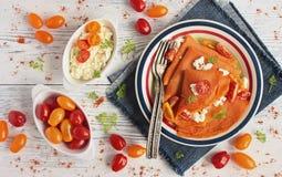 Läckra kräppar för tomatfruktsaft med keso Royaltyfria Foton