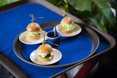 Läckra mini- hamburgarecanapes Arkivbilder