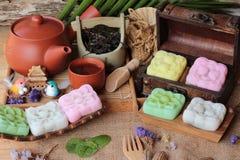 Läckra Mochi japansk efterrätt och varmt te arkivfoton